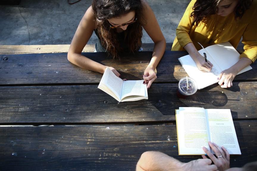 Unterricht: Bild Schüler beim Lesen